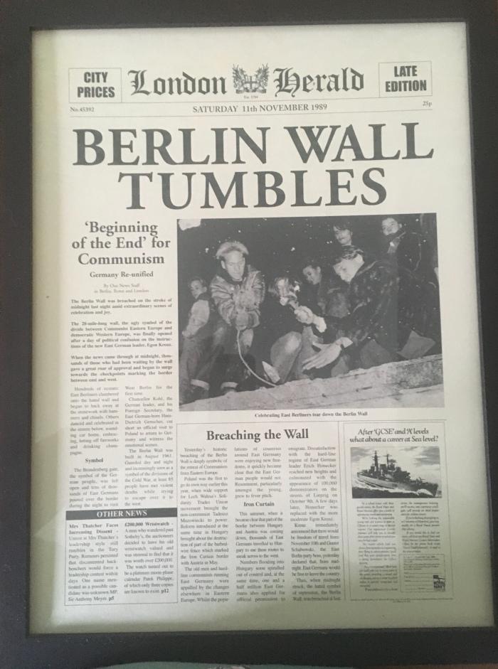 Ein englischsprachiges Titelblatt einer Zeitung zum Mauerfall